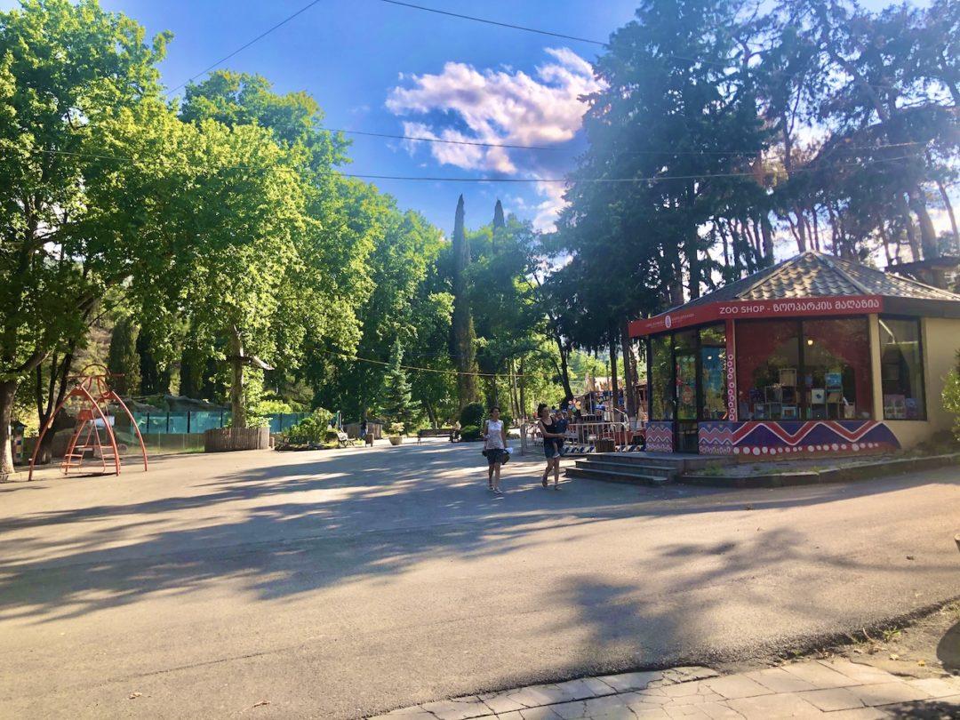 ジョージア子連れ観光するトビリシ動物園